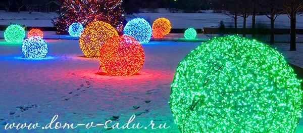 Светящиеся кустарники во дворе можно сделать из разноцветных уличных гирлянд