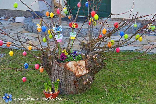 как украсить пасхальное дерево на улице