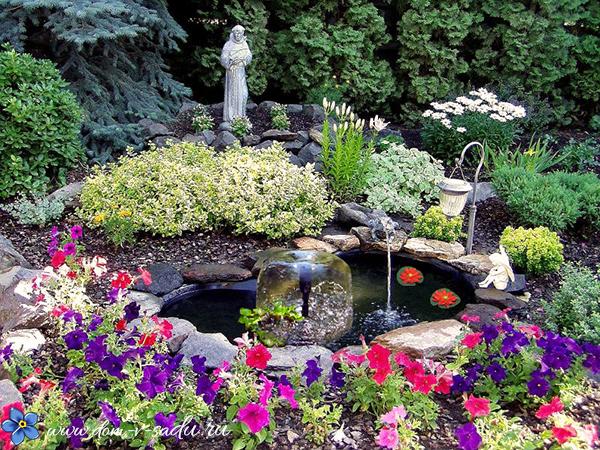 декоративный водоем с цветами в саду