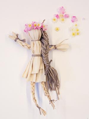куколка из кукурузных листьев