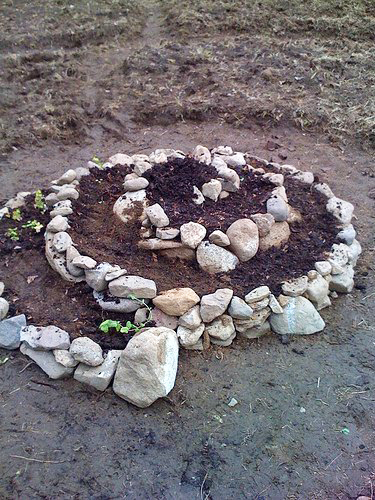 клумба спираль из камней