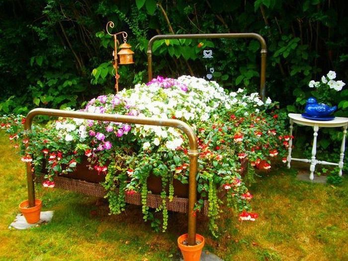 цветущая клумба из кровати