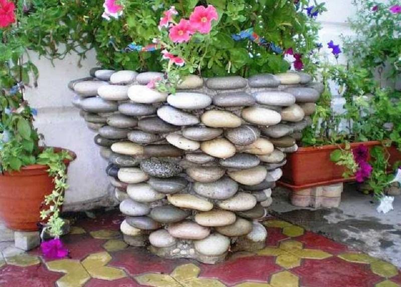 Поделки во дворе из камней