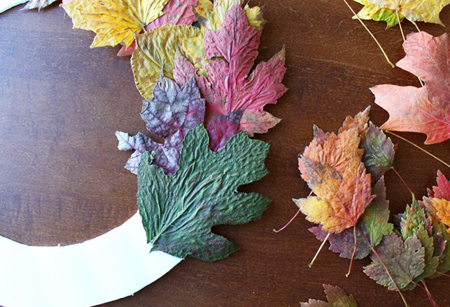 осенний венок из сухих листьев
